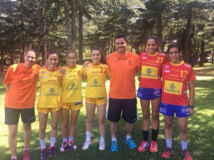 Natàlia Bassa, a la dreta de la fotografia, amb la resta de jugadores catalanes convocades a les jornades de tecnificació