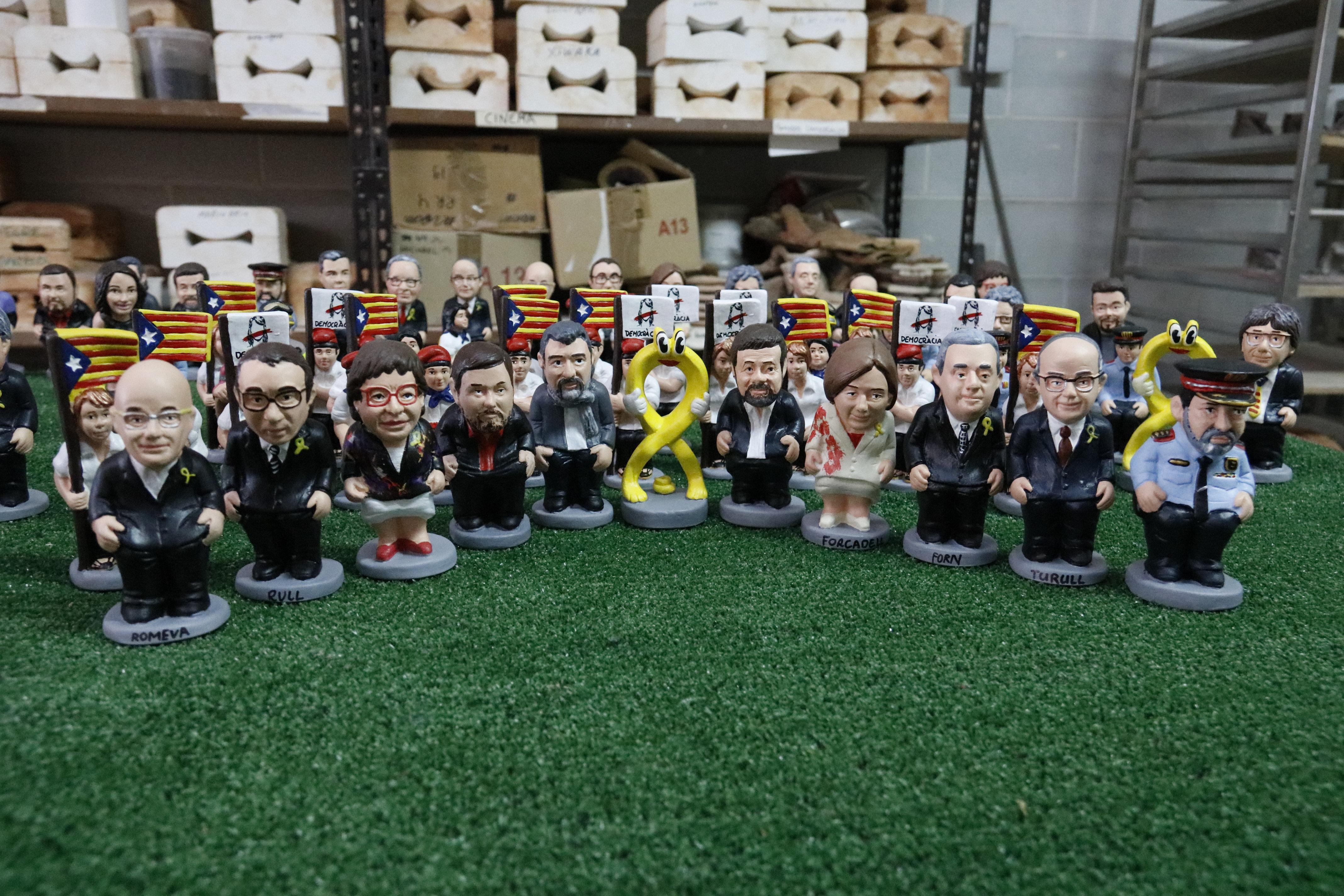 Els nous caganers de Caganer.com amb el llaç groc al mig i els empresonats als costats | Imatge de l'ACN