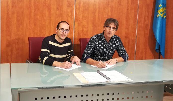 Acte de signatura del conveni que varen realitzar l'alcalde de Palamós, Lluís Puig, i el director de l'escola Vedruna, Mario Mercader