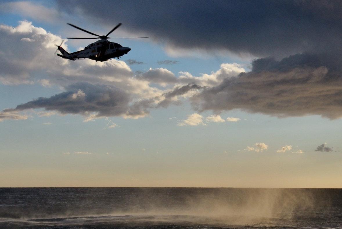 Nen i monitor cauen al mar a Tamariu