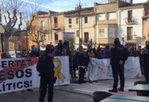 Cordó policial per separar els manifestants antifeixistes contra el grup parlamentari de Ciutadans a Torroella de Montgrí | Imatge de Cs Girona