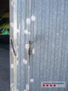 Porta d'accés al magatzem on estaven les ambulàncies a la Tallada | Imatge dels Mossos