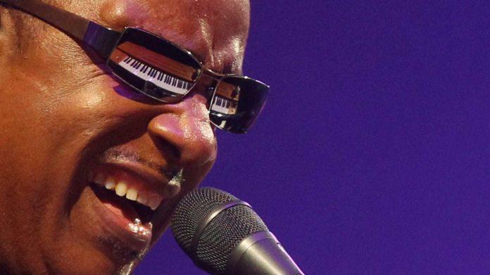 stevie-wonder-anuncia-durant-un-concert-que-li-han-de-fer-un-trasplantament-de-ronyo