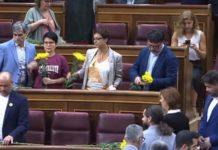 Montse Bassa i els membres d'ERC al Congrés dels Diputats amb flors grogues pels líders independentistes empresonats | Imatge del Congrés