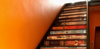 privat:-omplen-de-llibres-les-escales-d'acces-a-la-biblioteca-municipal-de-begur