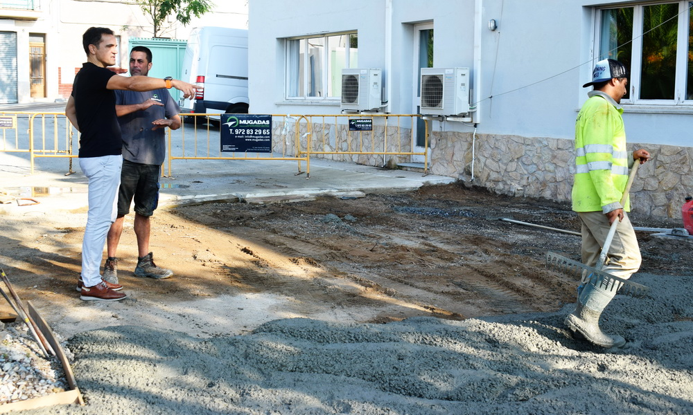 Imatge de la pavimentació a la residència Surís amb l'alcalde de Sant Feliu, Carles Motas   Imatge de Ràdio Sant Feliu